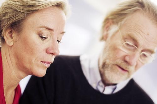 Cecilia Svensson och Niklas Falk går igenom manus i samband med inspelningen av ljudboken.